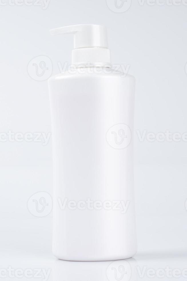 bottiglia di plastica bianca con sfondo bianco per mock up foto
