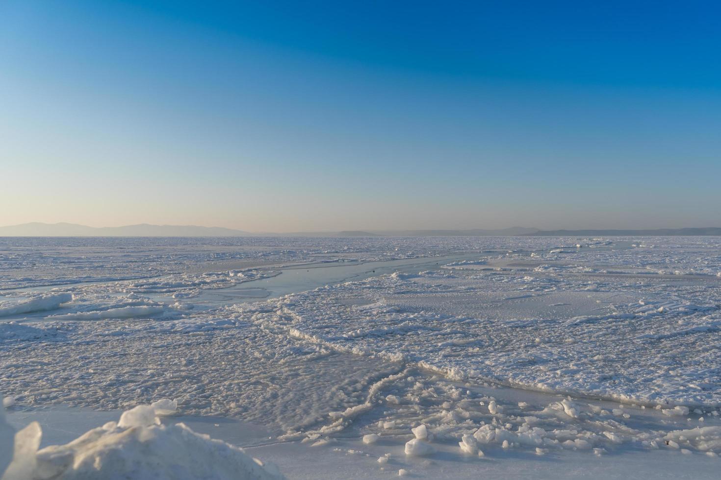 panorama della baia di amur congelata con neve e banchi di ghiaccio a vladivostok, russia foto