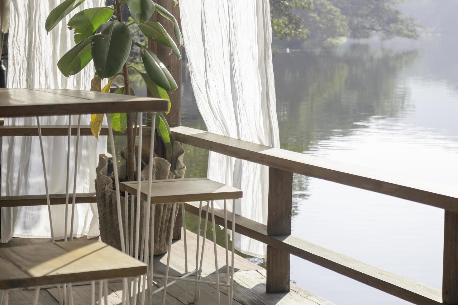 mobili da giardino all'aperto su un lago foto