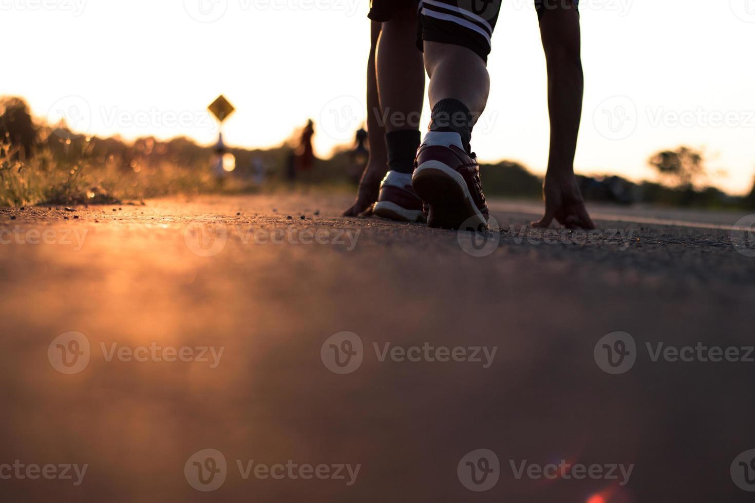 corridore correre su strada con il sorgere del sole foto