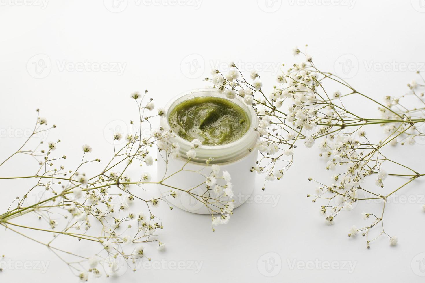 crema per la cura della pelle alle erbe con fiori foto