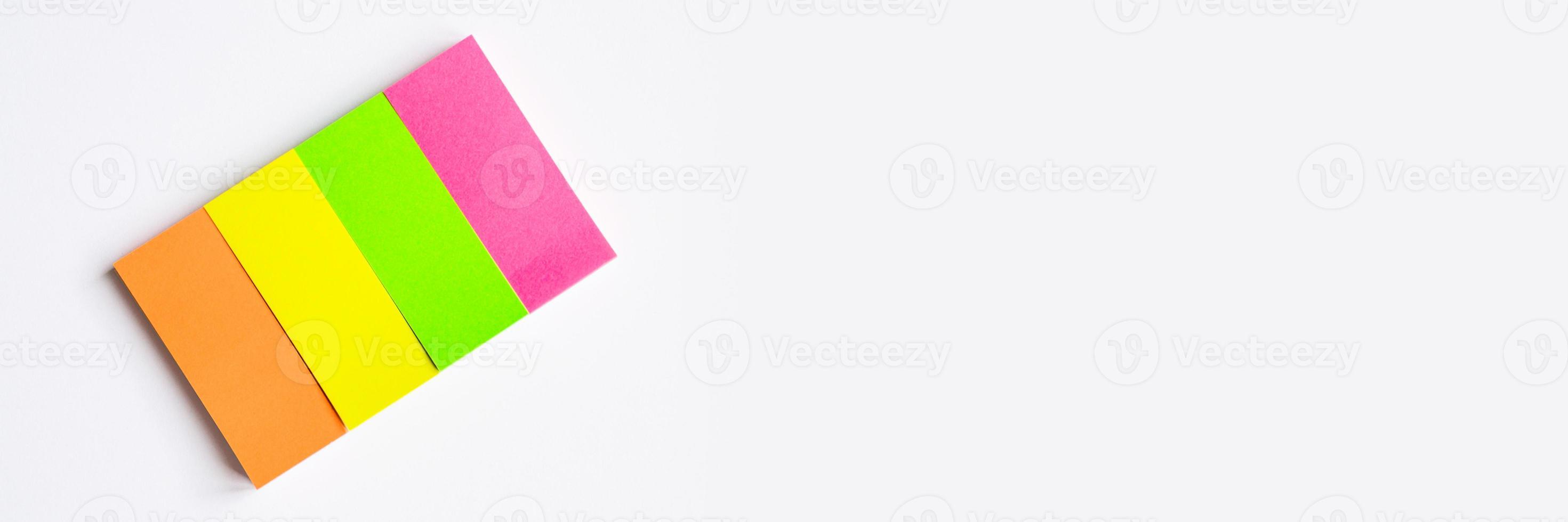 note stazionarie multicolori su sfondo bianco foto