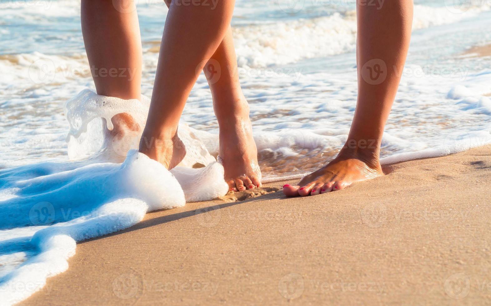 piedi nudi che camminano sulla spiaggia foto