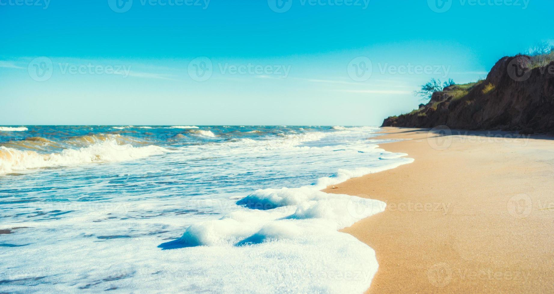 spiaggia deserta durante il giorno foto