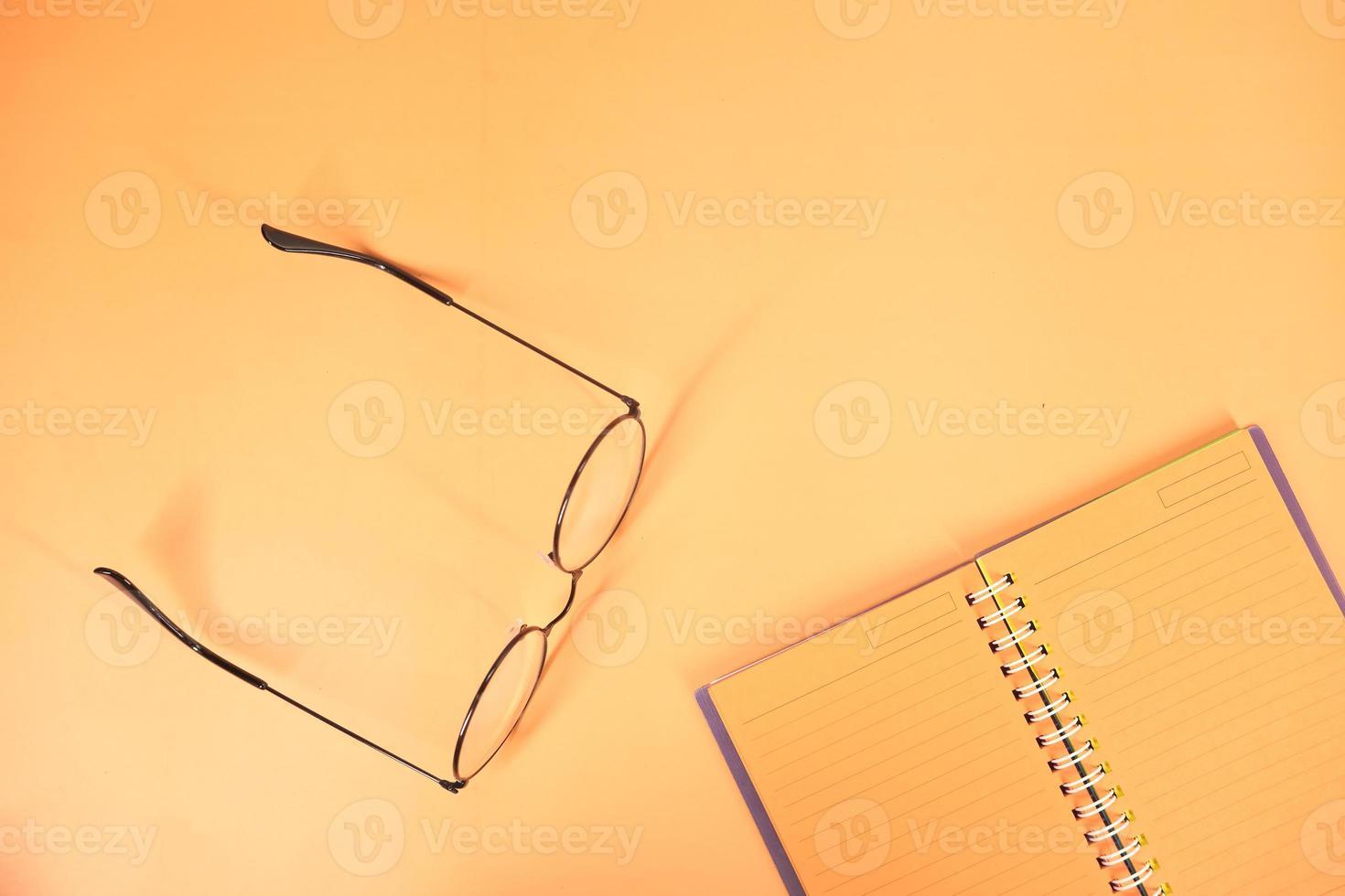 blocco note arancione su sfondo arancione foto