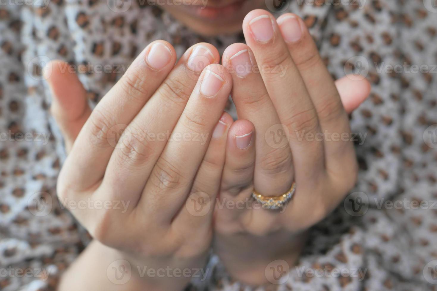 mani della donna che pregano foto