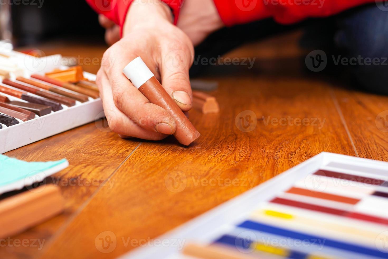 delicato restauro professionale di parquet, laminato con matita a cera foto