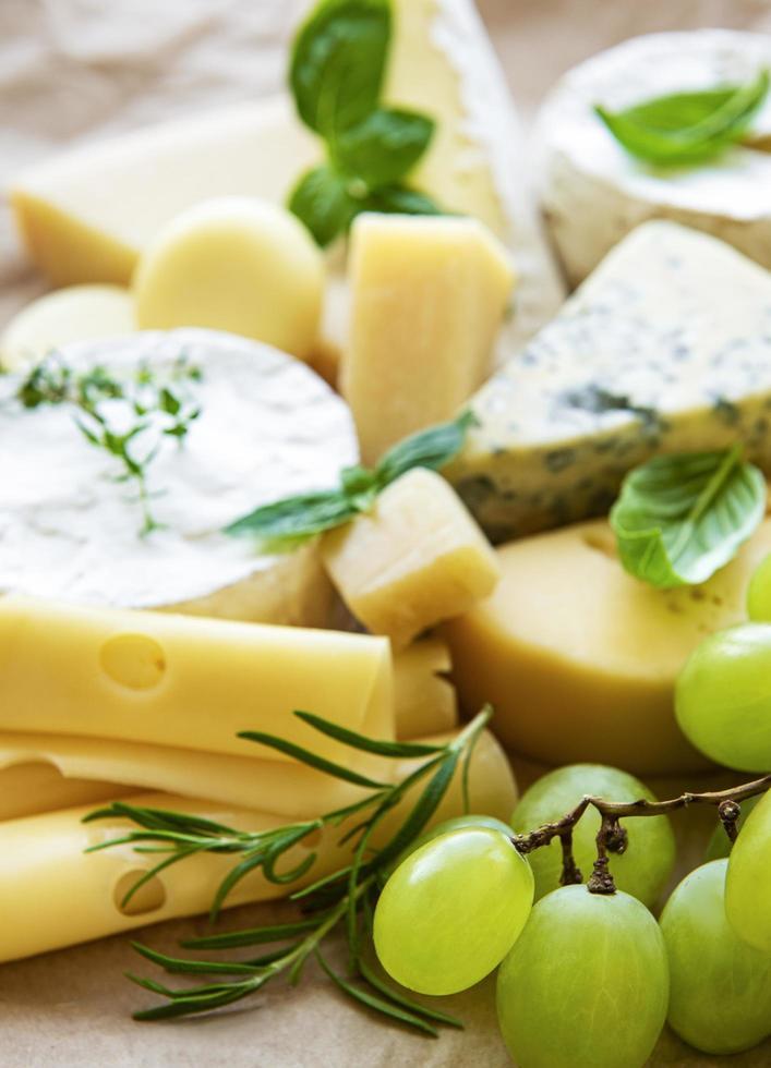 vari tipi di formaggio, basilico e uva foto