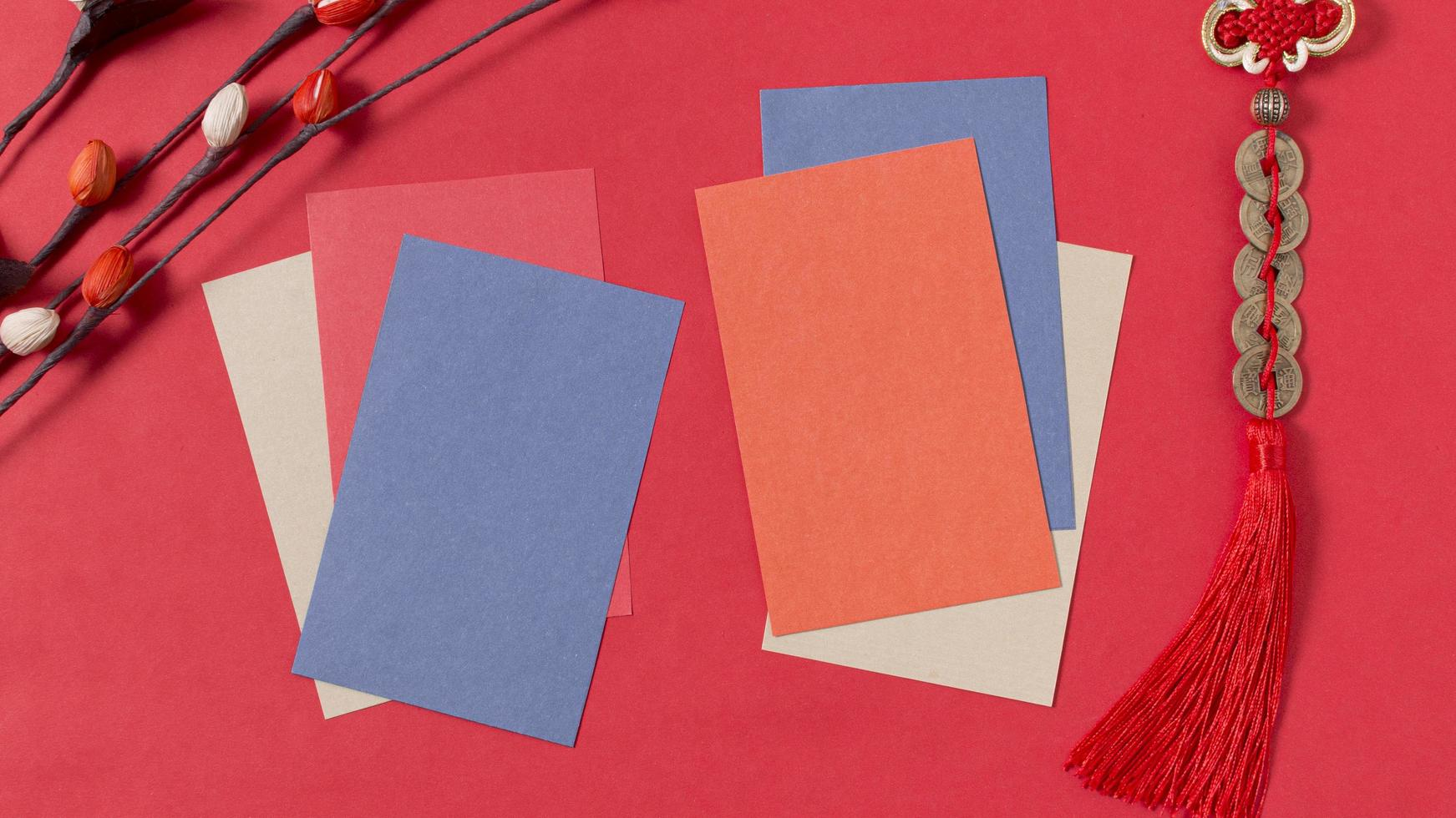 concetto di capodanno cinese con carte vuote e sfondo rosso foto