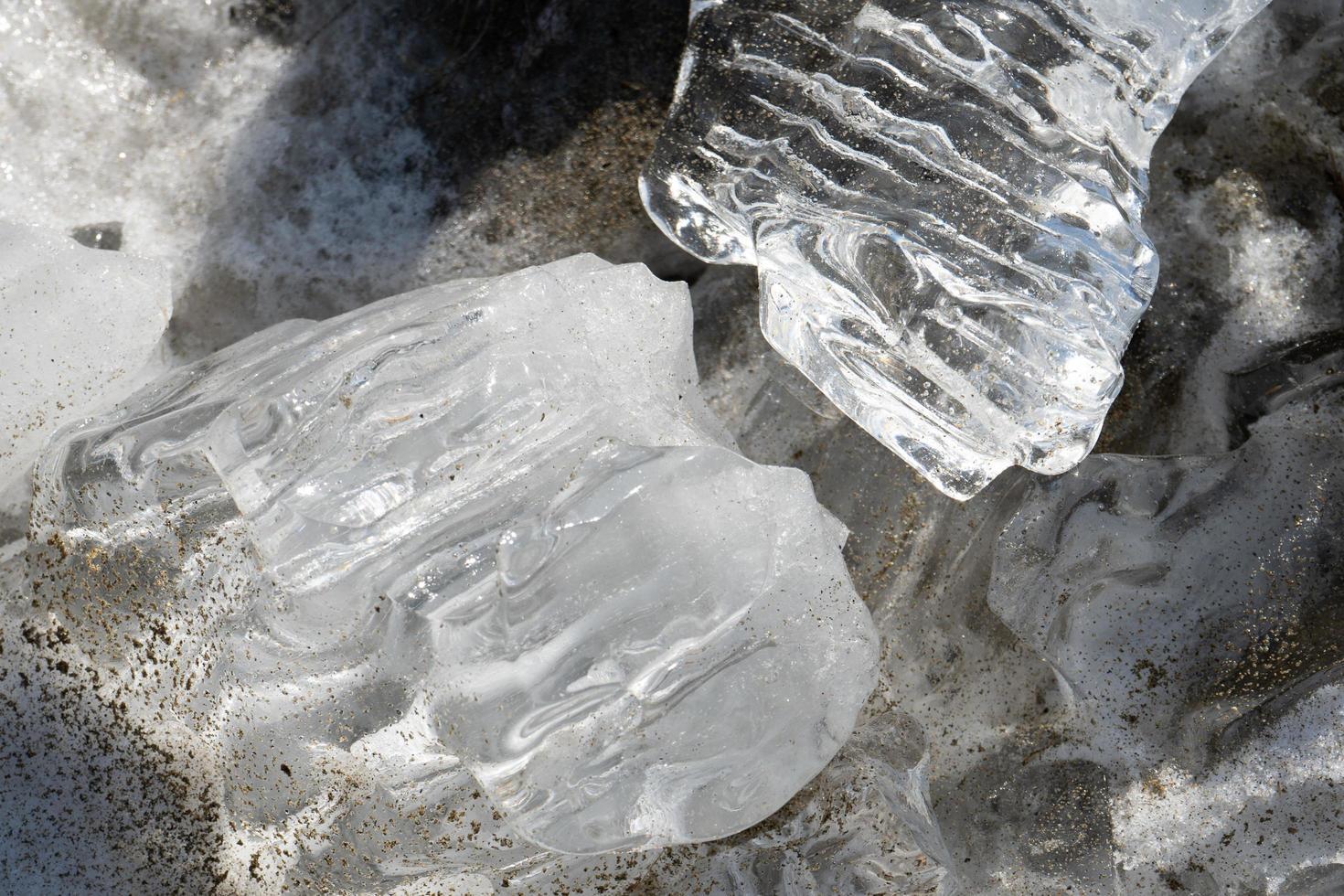 pezzi di ghiaccio su una spiaggia foto