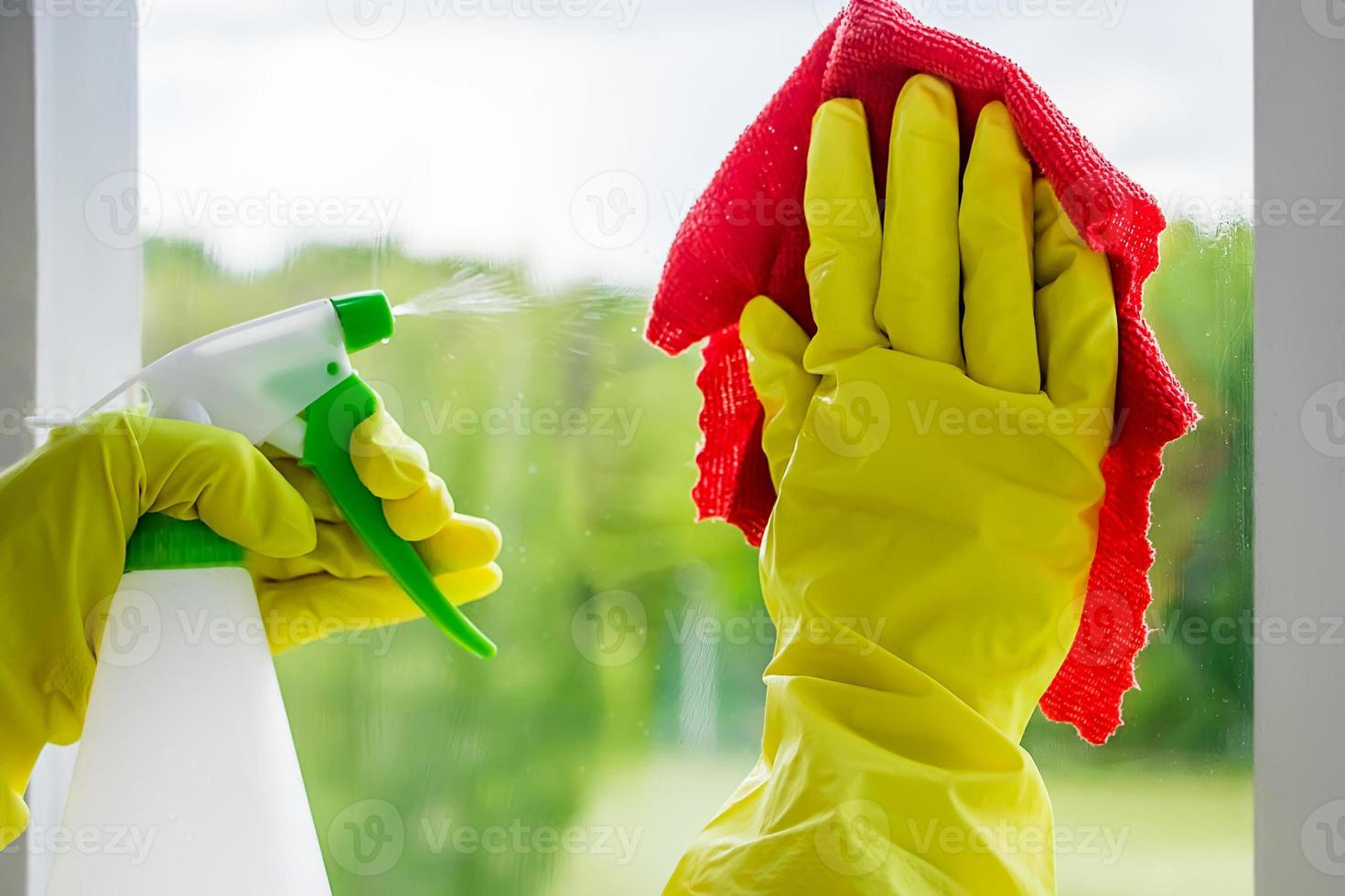 donna che lava i vetri foto