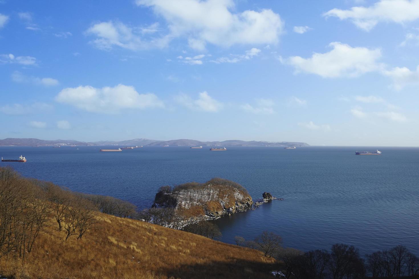 vista sul mare della baia di nakhodka con cielo blu nuvoloso in russia foto
