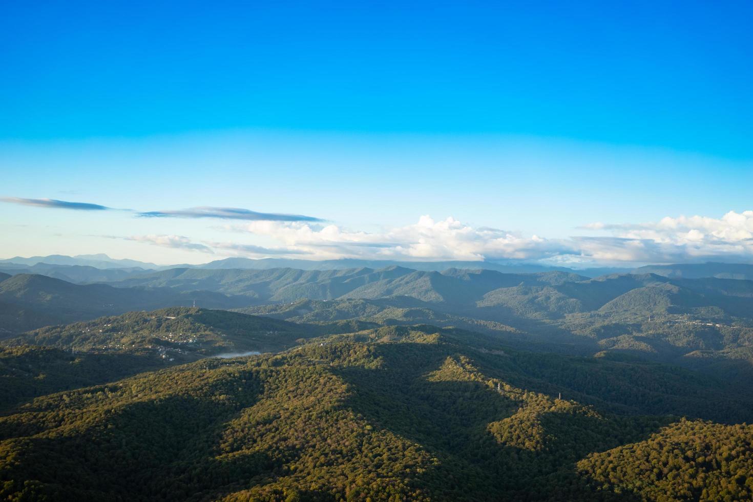 vista aerea di montagne e foreste a sochi, russia foto
