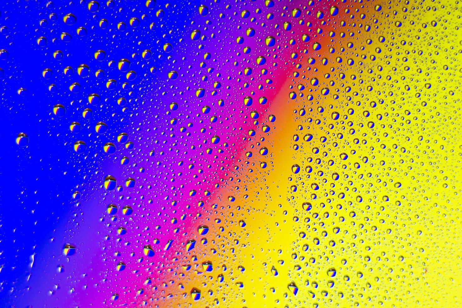 sfondo arcobaleno con gocce di pioggia foto