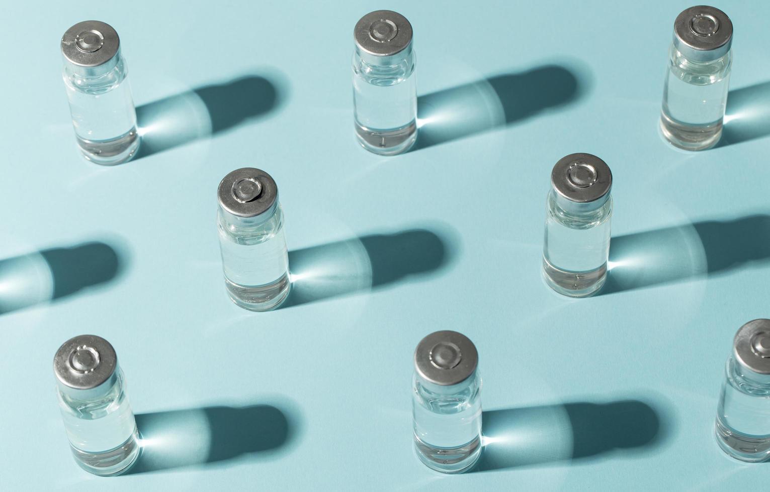 vaccini laici piatto su sfondo blu foto