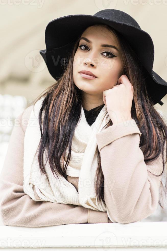 bella giovane donna con il cappello foto