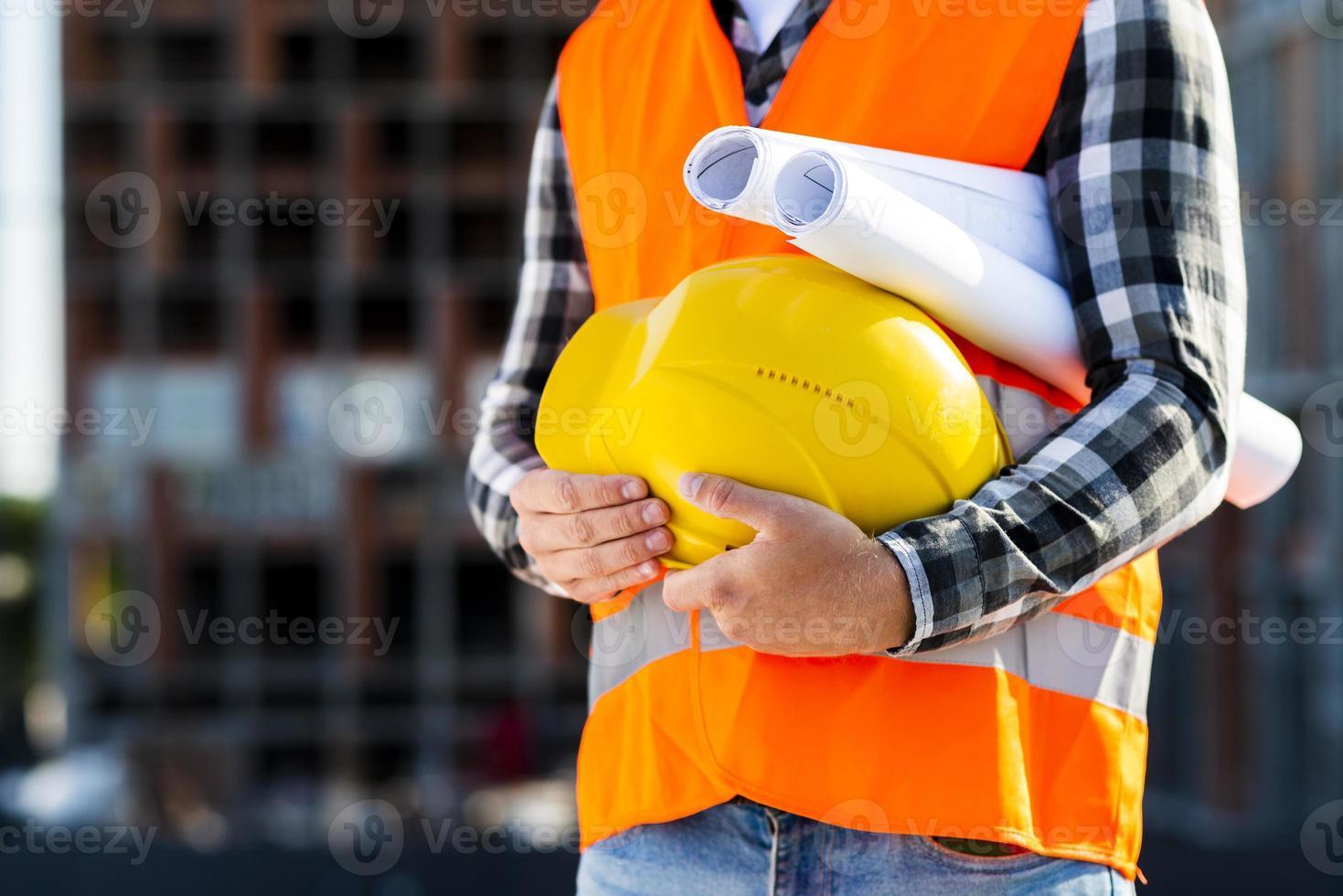 primo piano ingegnere edile tenendo il casco foto