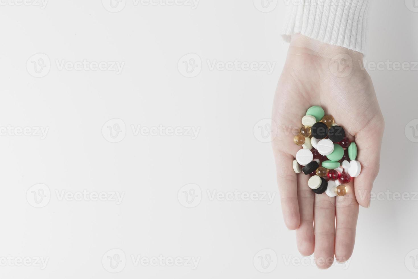 mano con un mucchio di farmaci in mano, vista dall'alto foto
