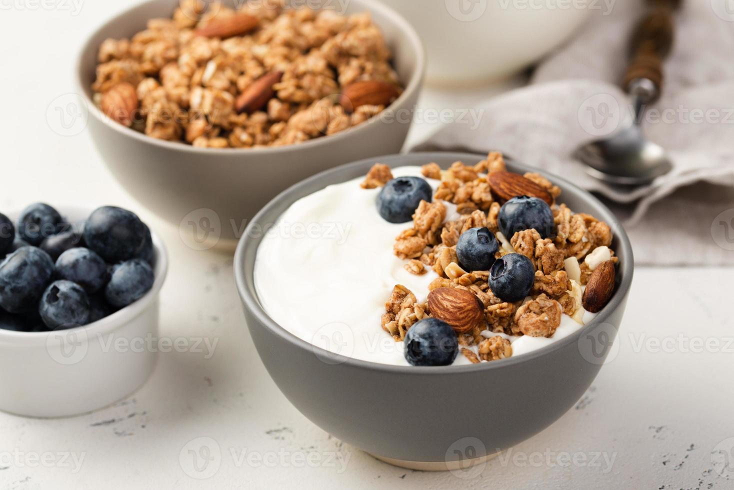 cereali per la colazione ad angolo alto con mirtilli e yogurt foto