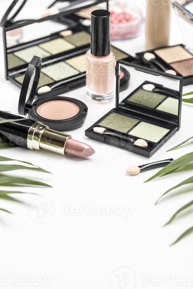disposizione di cosmetici diversi ad alto angolo foto
