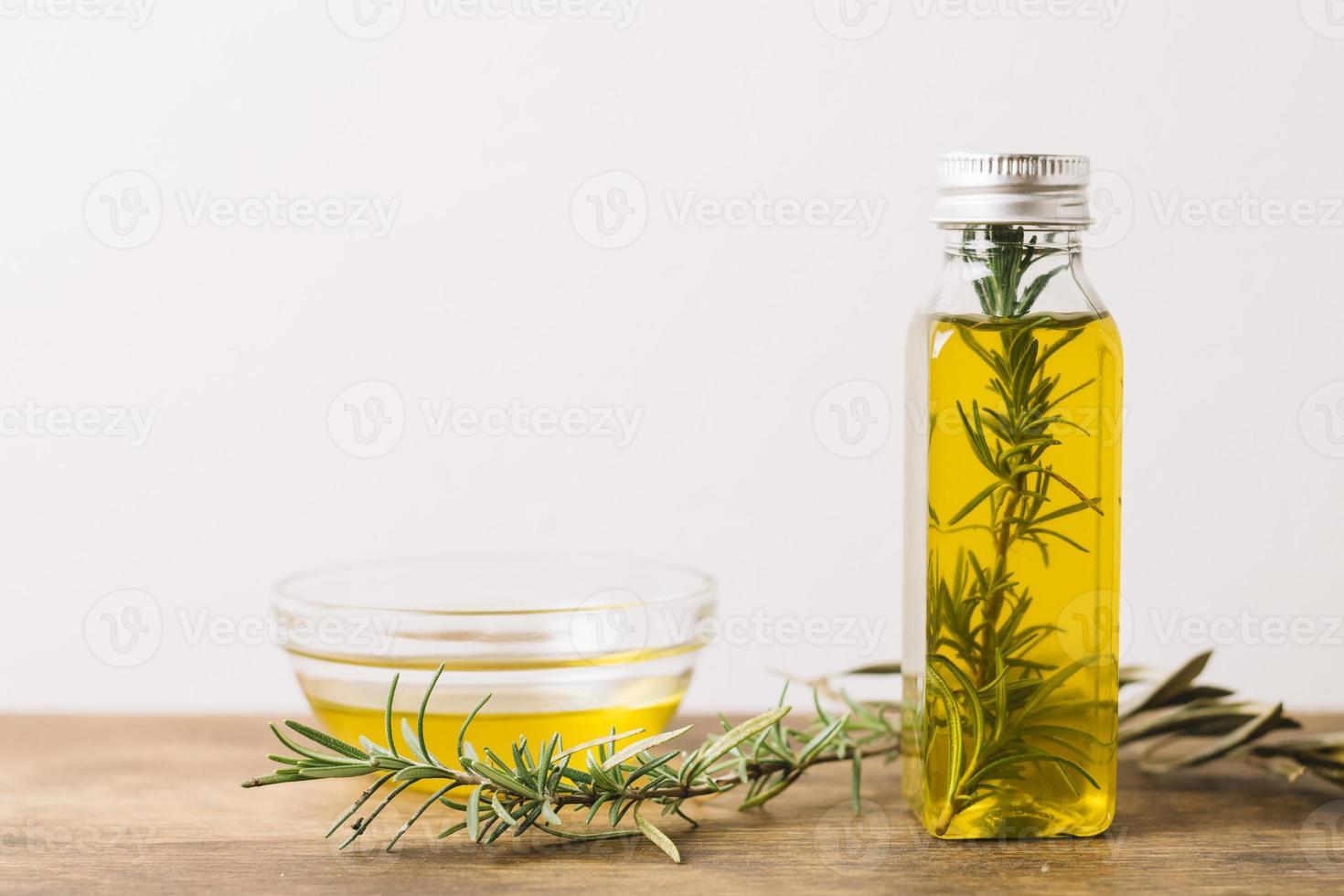 tiro orizzontale di olio d'oliva e rosmarino con copia spazio foto