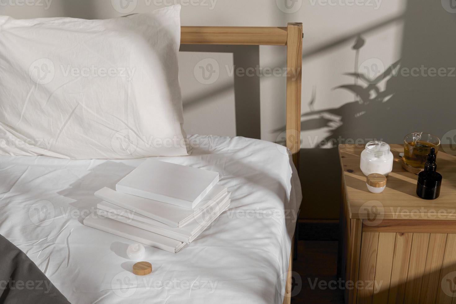 raccolta di libri in cima al letto foto