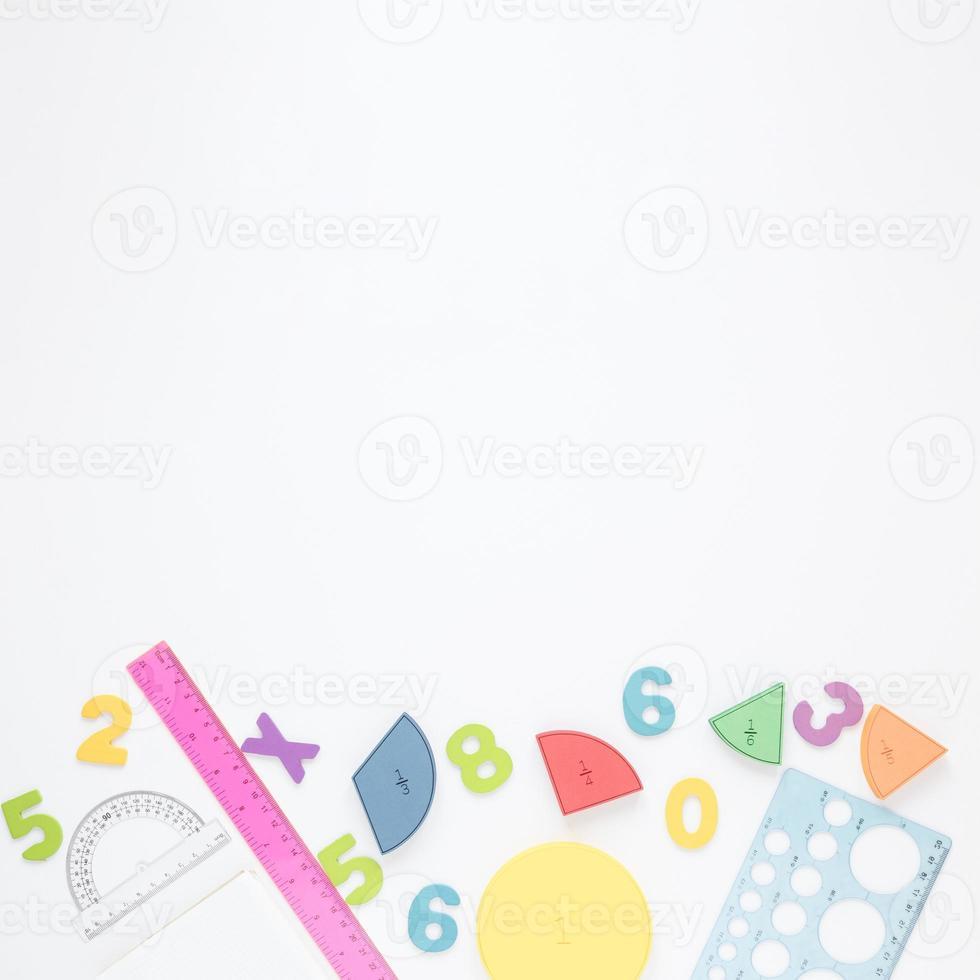 cancelleria numeri colorati con copia spazio su sfondo bianco foto
