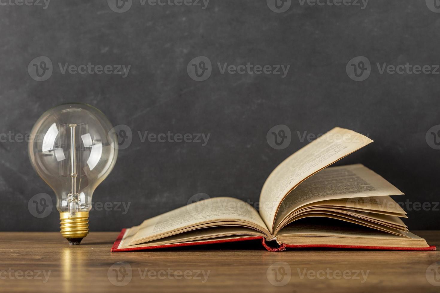 composizione con lampadina del libro foto