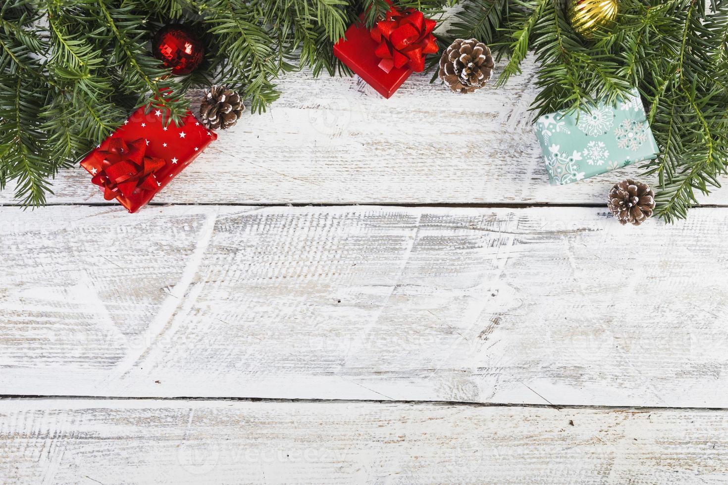 ramoscelli di conifere vicino a sfondo di decorazioni natalizie foto