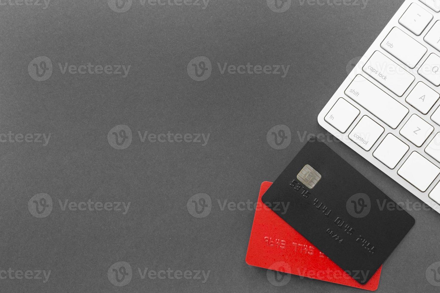 cyber lunedì vendita carte di credito e tastiera su sfondo grigio foto