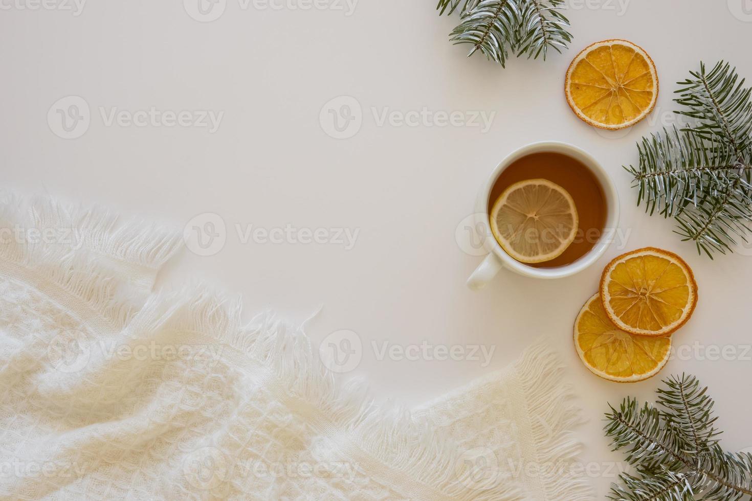 delizioso tè caldo con fette di limone sullo sfondo foto