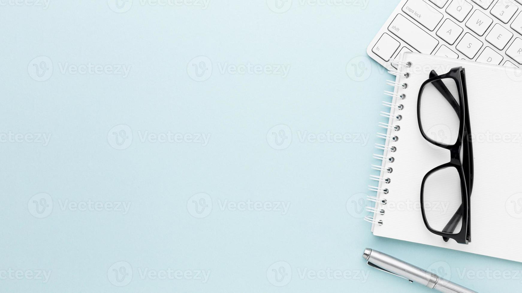 cornice del concetto di scrivania con elementi su sfondo azzurro foto