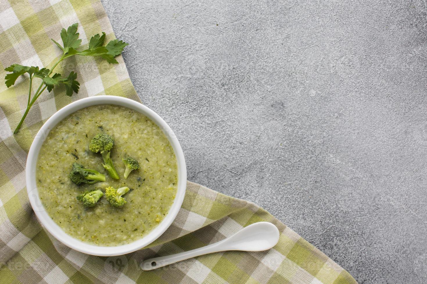 Broccoli piatti laici bisquit e asciugatutto con copia spazio foto