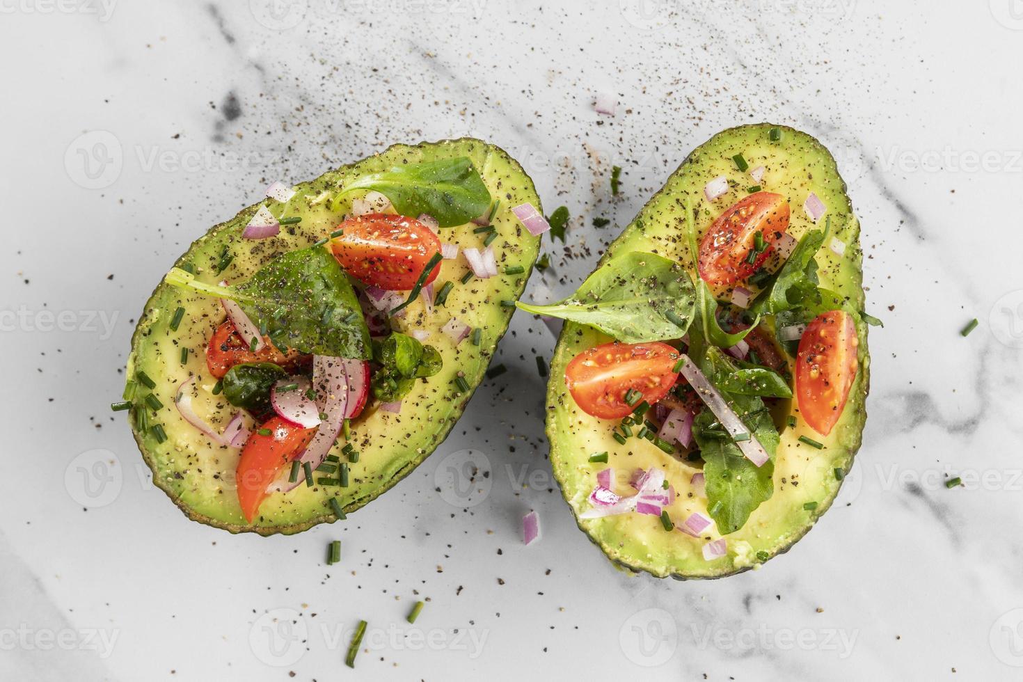 piatto laici deliziosa insalata sana composizione di avocado foto