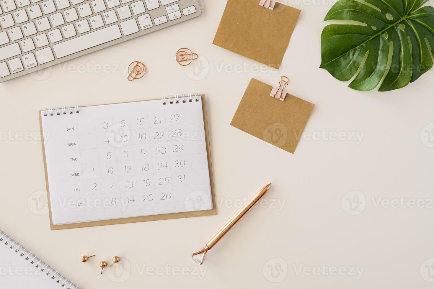 calendario da tavolo piatto laici con foglia di monstera foto