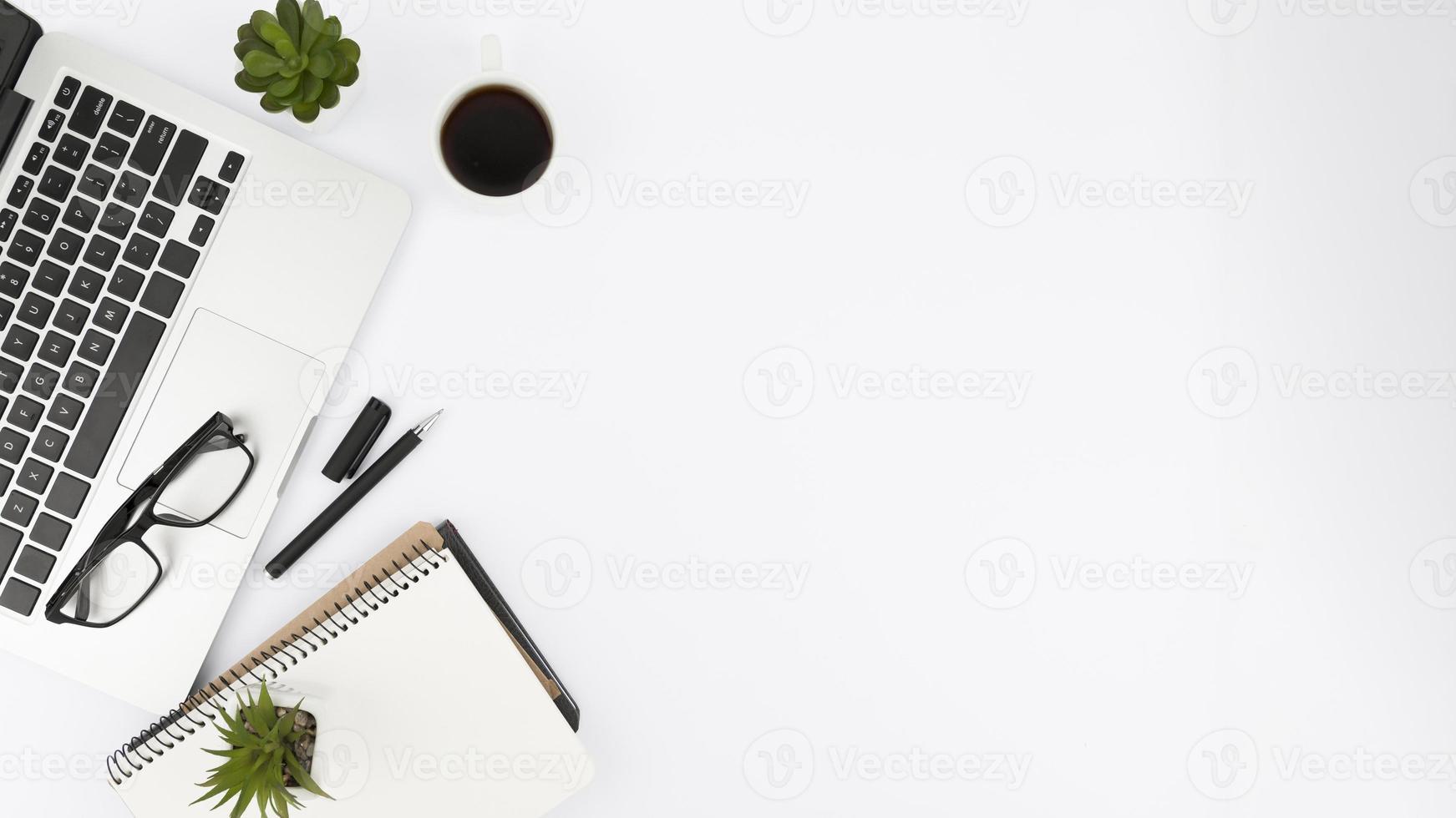 concetto di scrivania piatta con spazio di copia foto