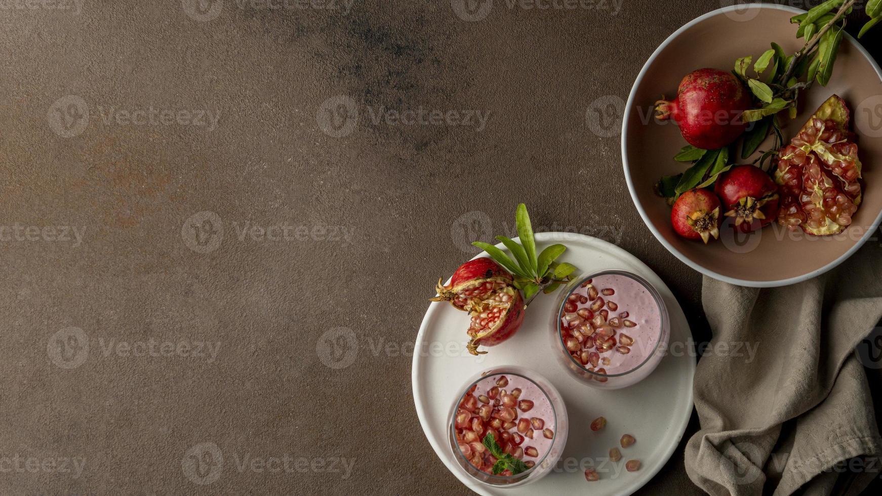yogurt piatto con melograno e spazio di copia foto