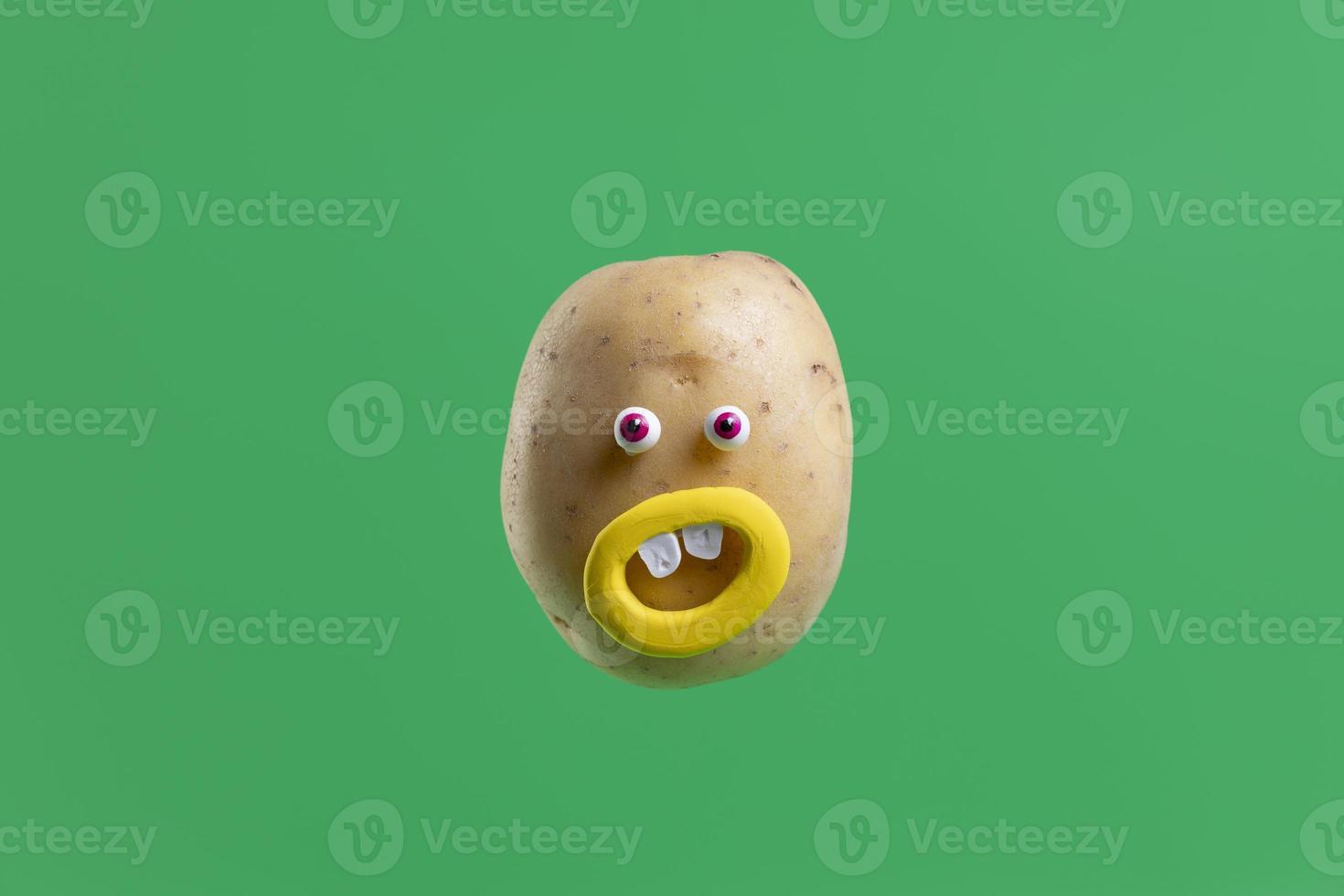 patata divertente con adesivo viso su sfondo verde primavera foto