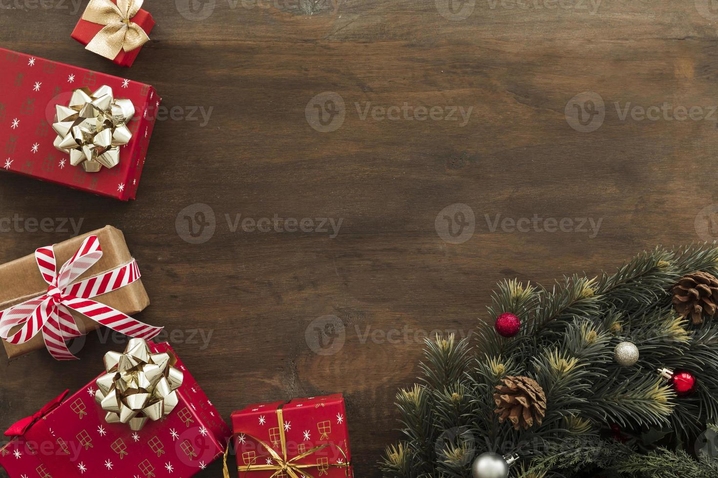 scatole regalo con rami di abete verde sul tavolo di legno foto