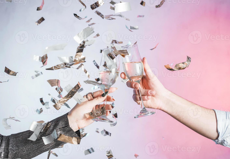 mani che tostano con i coriandoli foto