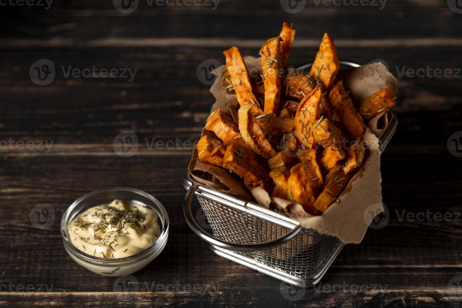 patatine fritte di patate dolci ad alto angolo con salsa foto