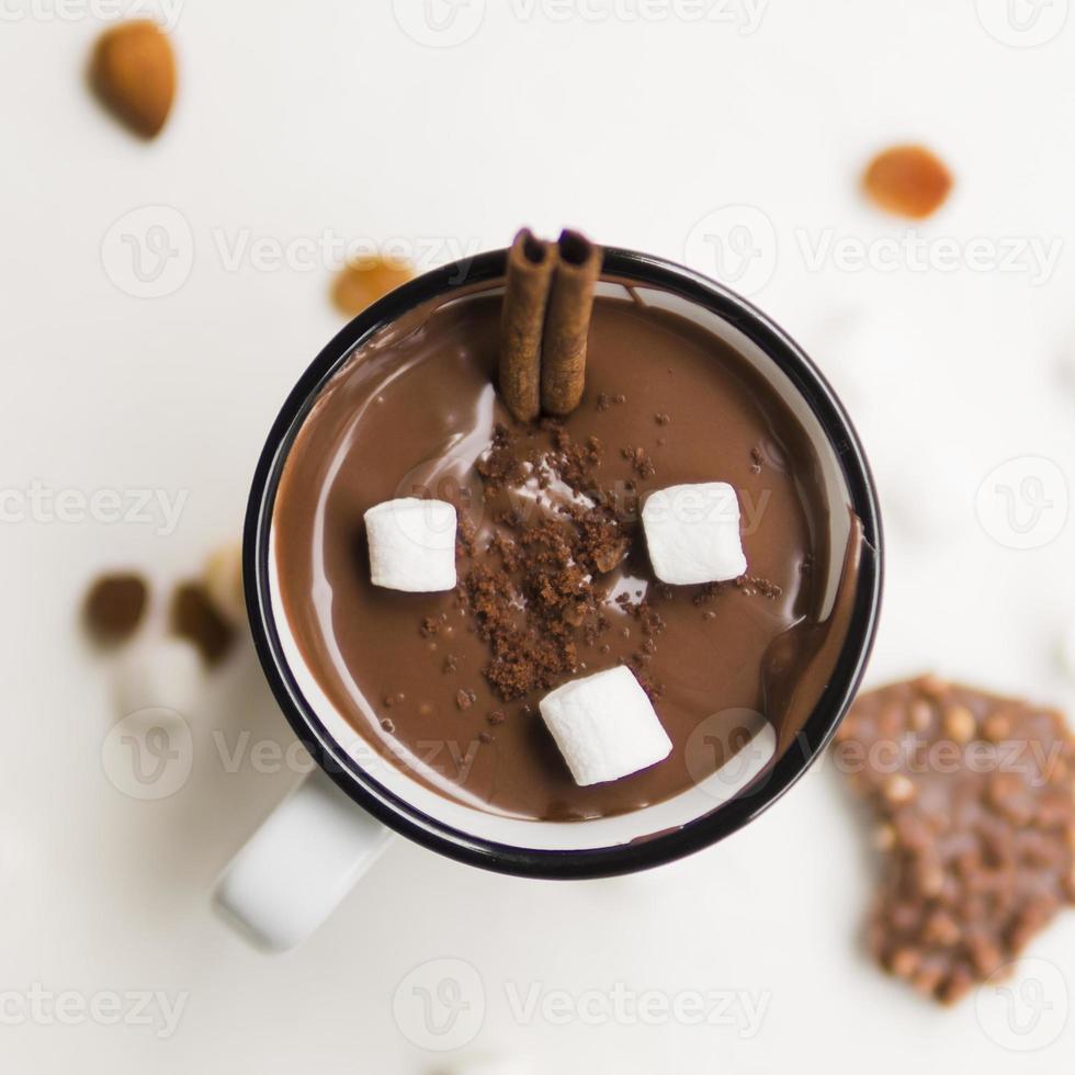 cioccolata calda con cannucce pretzel e marshmallow foto