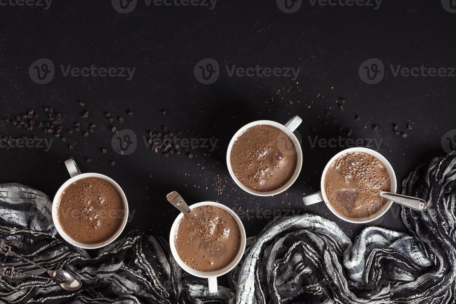 tazze di cioccolata calda con chicchi di caffè foto
