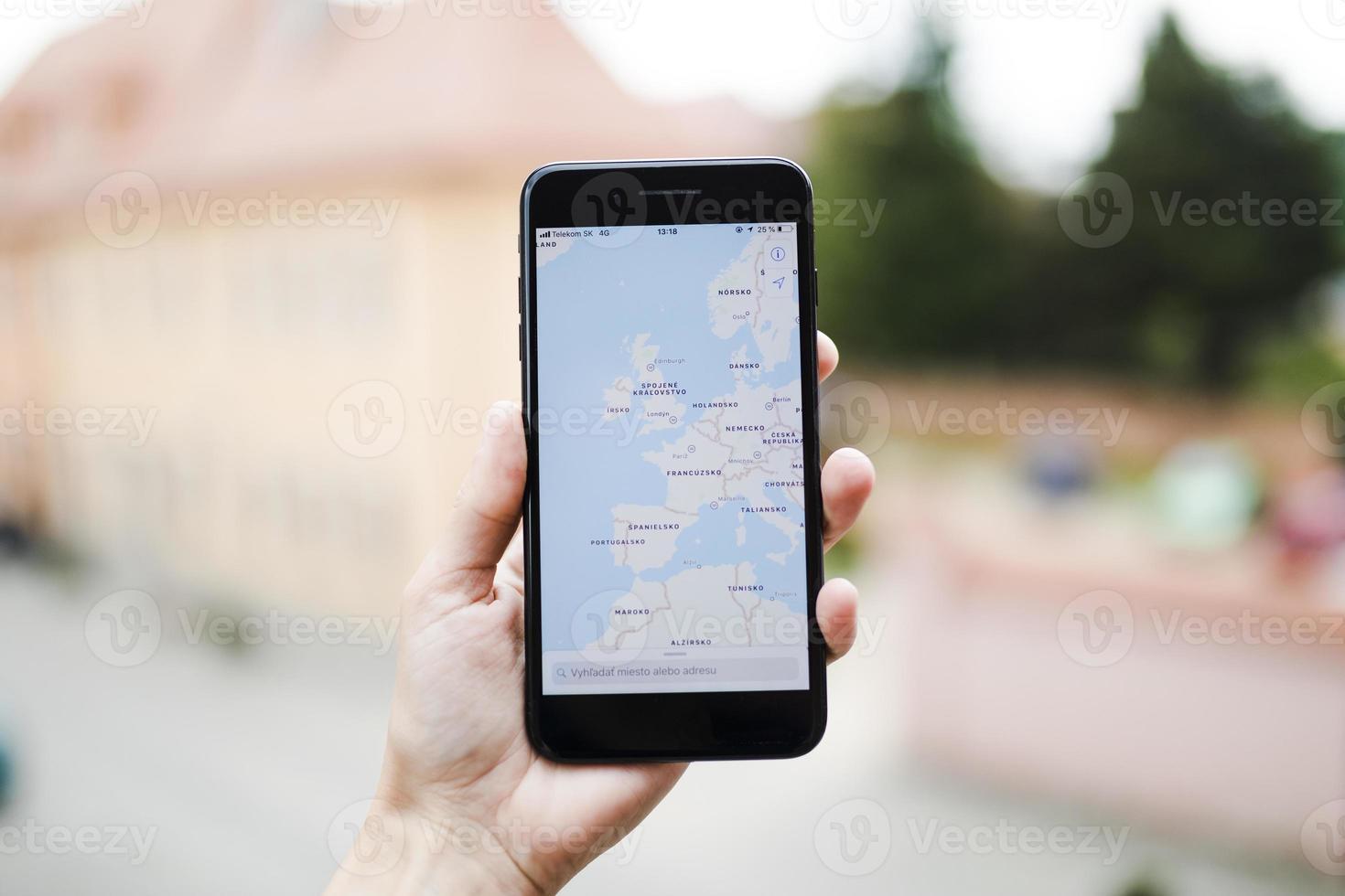 mano umana che tiene il telefono cellulare con schermata di navigazione gps mappa foto