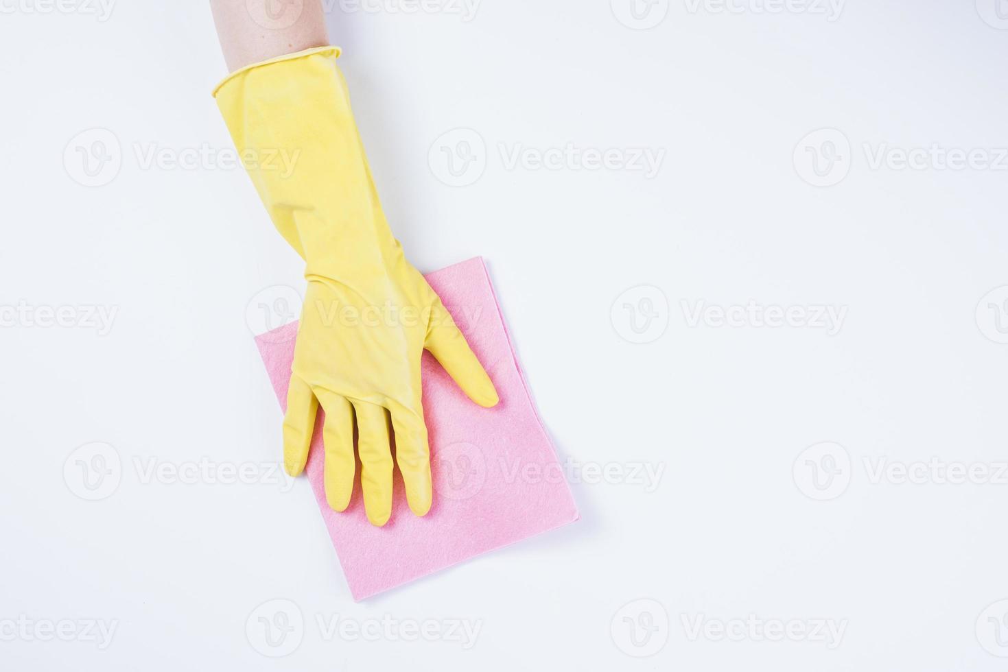 bidello pulizia con spolverino su sfondo bianco foto