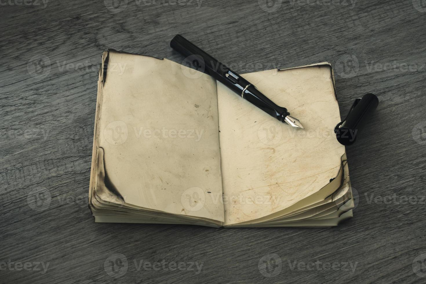 penna a inchiostro aperta con un vecchio taccuino foto