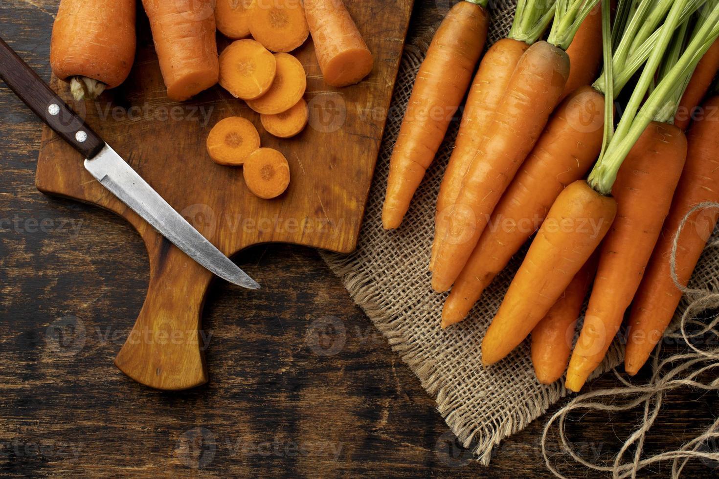 mazzo di disposizione di carote fresche foto