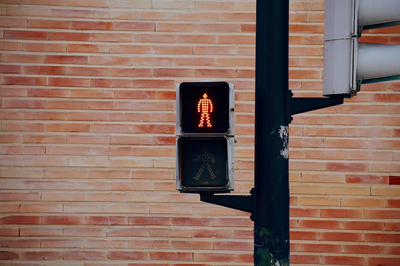 semaforo sulla strada nella città di bilbao, spagna foto