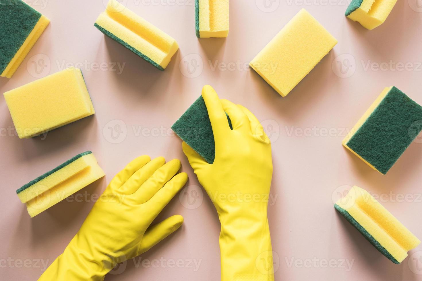 persona di primo piano con spugne guanti gialli foto