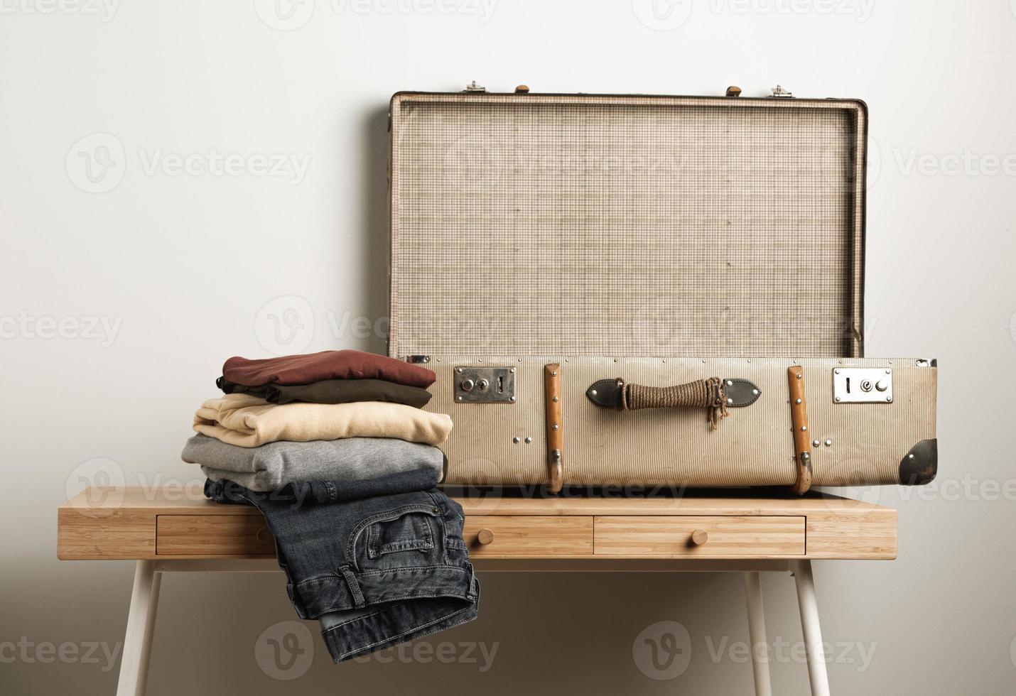 valigia vintage primo piano con abiti casual foto